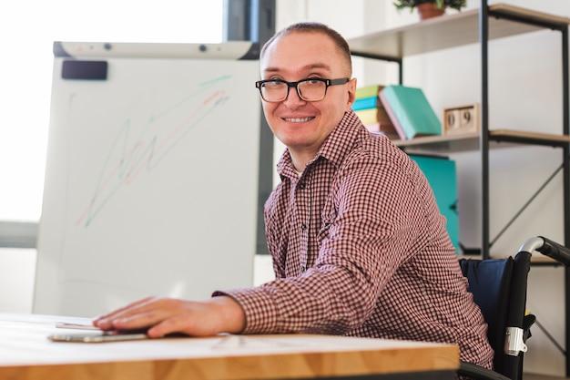 Porträt eines positiven erwachsenen mannes im büro