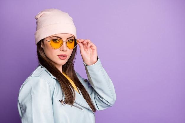 Porträt eines prächtigen, wunderschönen teenager-mädchens, das ihre spezifikationen berührt, fühlt sich cool an und trägt ein lässiges outfit einzeln auf violettem farbhintergrund
