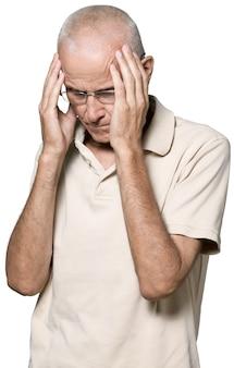 Porträt eines reifen mannes, der seinen kopf vor schmerzen hält