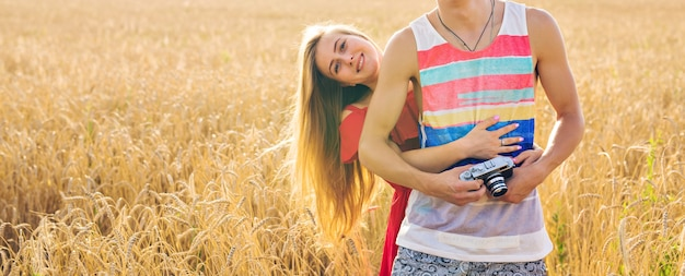 Porträt eines romantischen paares umarmt im feld