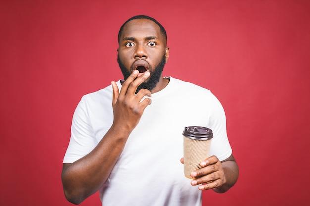 Porträt eines schockierten afroamerikanischen mannes im studio. schwarzer mann mit überraschtem ausdruck.