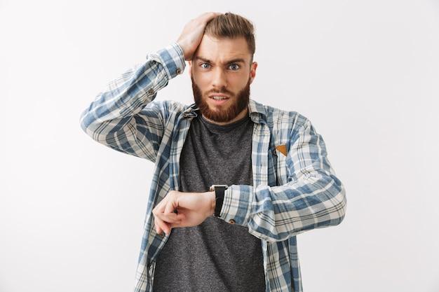 Porträt eines schockierten jungen bärtigen mannes
