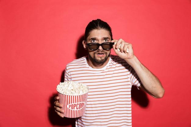 Porträt eines schockierten mannes in 3d-brille, der einen film anschaut