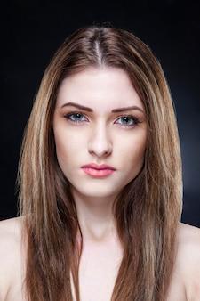 Porträt eines schönen eleganten weiblichen modells mit nackten schultern mit make-up