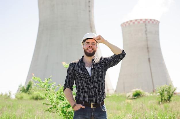 Porträt eines schönen ingenieurs bei der arbeit mit dem telefon.