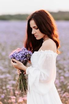 Porträt eines schönen jungen mädchens in einem blühenden feld der provence