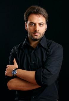 Porträt eines schönen jungen mannes auf schwarzer wand