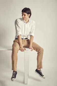 Porträt eines schönen jungen mannes
