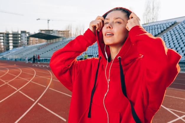 Porträt eines schönen kaukasischen mädchenathleten