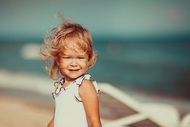 Porträt eines schönen kleinen mädchens, das kamera betrachtet. nahansicht