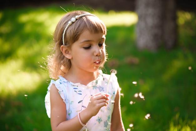 Porträt eines schönen kleinen mädchens mit heterochromie zwei farbige augen mit blumen