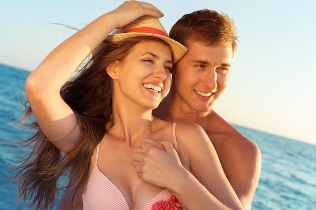 Porträt eines schönen liebevollen paares, das spaß am strand hat