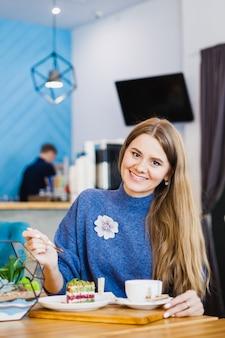 Porträt eines schönen mädchens, europäischer auftritt in einem café, schöner innenraum
