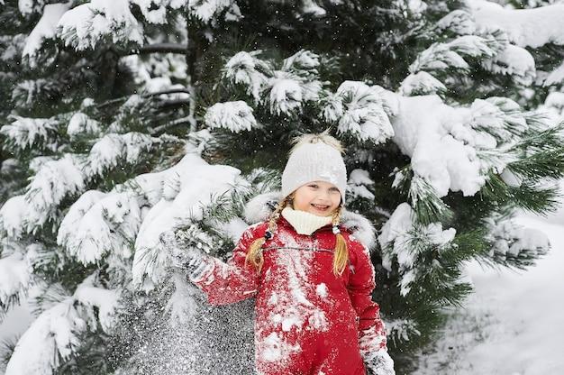 Porträt eines schönen mädchens im winter