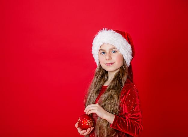 Porträt eines schönen mädchens in erwartung des weihnachten. kopieren sie platz.