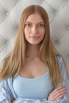 Porträt eines schönen mädchens mit blonden haaren