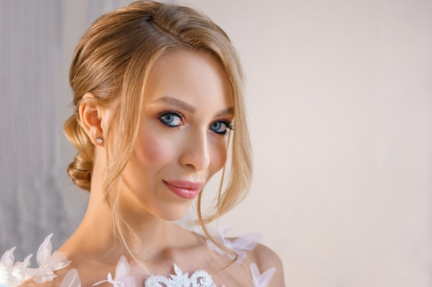 Porträt eines schönen mädchens mit empfindlichem make-up und dem haar. bild der braut.