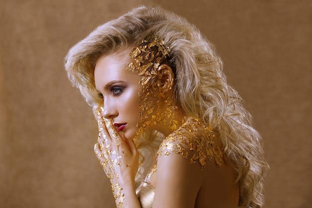 Porträt eines schönen mädchens mit hellem make-up und frisur