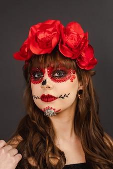 Porträt eines schönen mädchens mit make-up dia de los muertos.