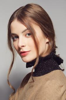 Porträt eines schönen modemädchens, süß und sinnlich. natürliches make-up und kusslocken.