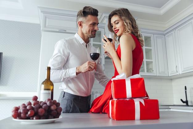 Porträt eines schönen romantischen intelligenten gekleideten paares