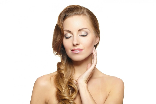 Porträt eines schönen weiblichen modells lokalisiert auf gelockter frisur des weißen hellen make-up