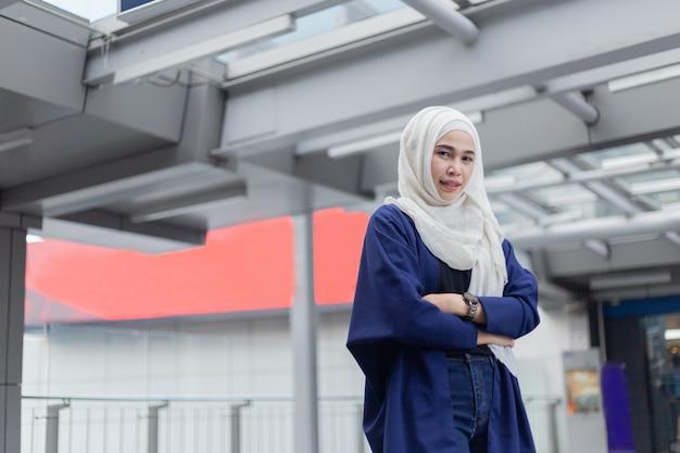Porträt eines schönheitsmoslems, der hijab trägt.