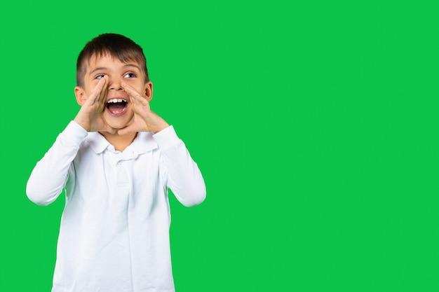 Porträt eines schreienden jungen, der seite schaut