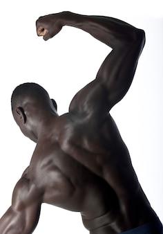 Porträt eines schwarzen athletischen mannes auf seinem zurück