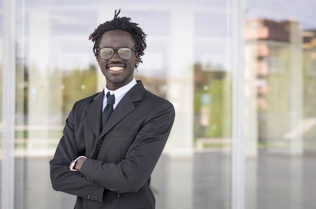 Porträt eines schwarzen geschäftsmannlächelns im freien