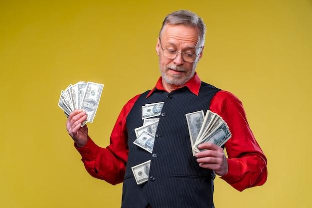 Porträt eines sehr aufgeregten mannes mit geldbündel. glückstag. menschliche emotionen und mimik