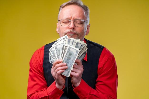Porträt eines sehr aufgeregten mannes mit viel geld.
