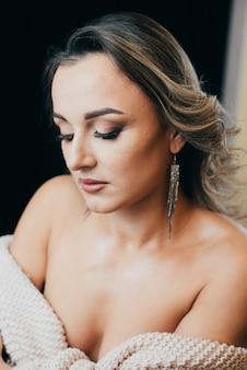 Porträt eines sehr schönen mädchens mit make-up und studiolicht