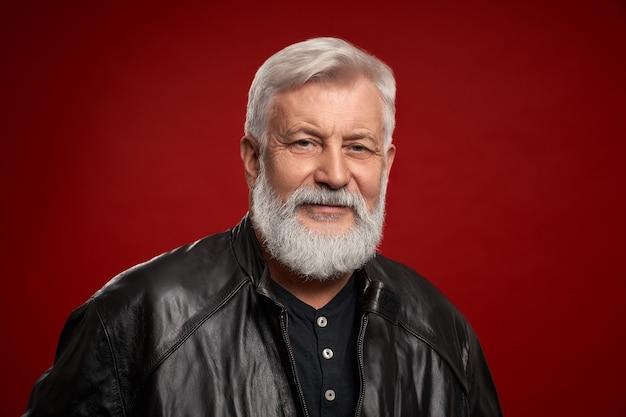 Porträt eines selbstbewussten alten mannes in schwarzer lederjacke