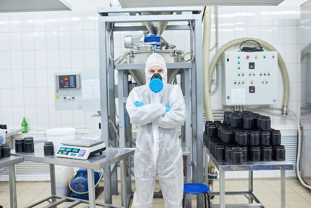 Porträt eines selbstbewussten fabrikarbeiters