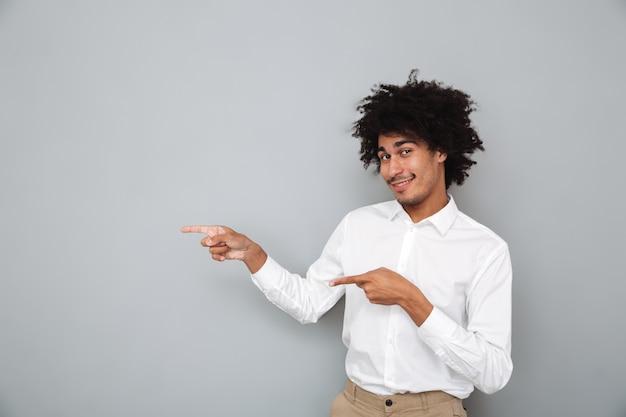 Porträt eines selbstbewussten lächelnden afrikanischen mannes im weißen hemd
