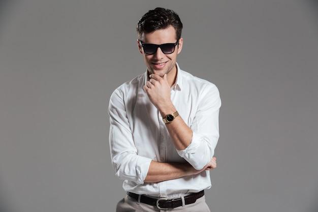 Porträt eines selbstbewussten lächelnden mannes