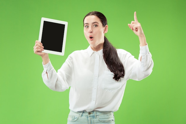 Porträt eines selbstbewussten lässigen mädchens, das leeren bildschirm des laptops zeigt