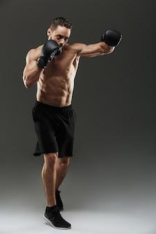 Porträt eines selbstbewussten muskelsportlers in voller länge