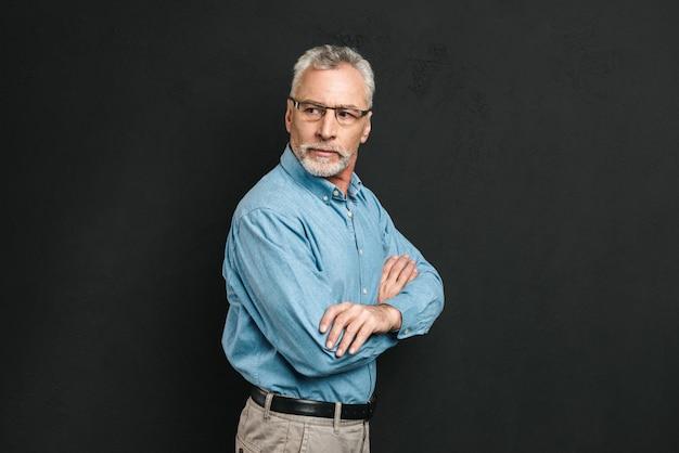 Porträt eines selbstbewussten reifen mannes im hemd gekleidet