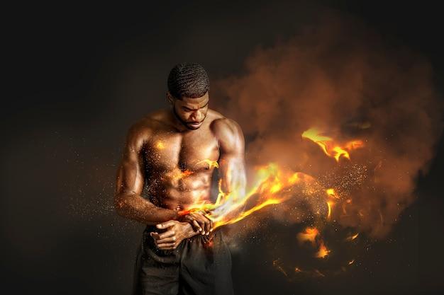 Porträt eines sportlichen, muskulösen, oben ohne mann mit feuer auf seinem arm