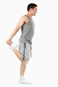 Porträt eines sportmannes, der sein bein ausdehnt