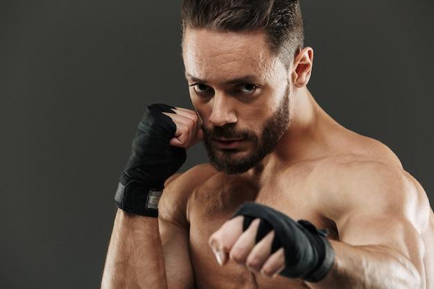 Porträt eines starken muskulösen boxers, der bereit ist zu kämpfen