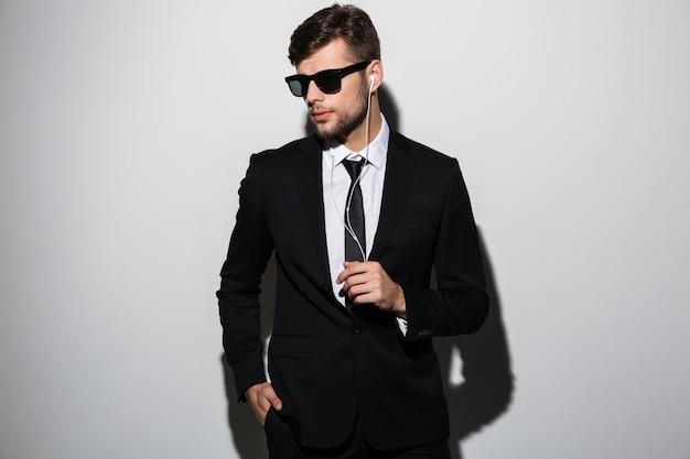 Porträt eines stilvollen selbstbewussten mannes in anzug und krawatte