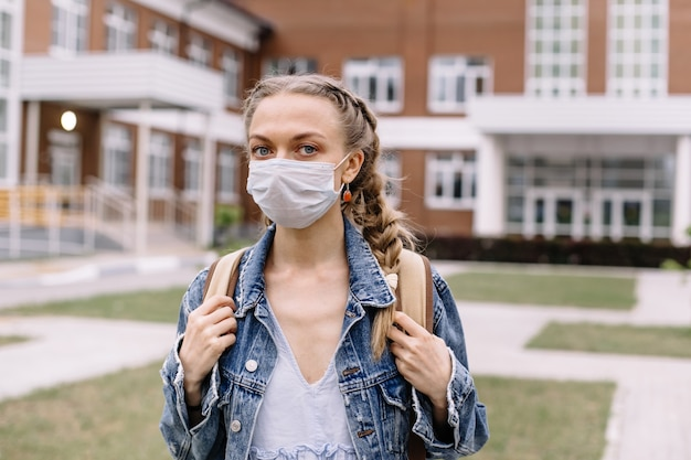 Porträt eines studenten, der in einer medizinischen maske trägt