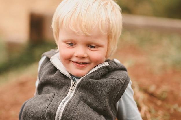 Porträt eines süßen australischen jungen mit blonden haaren