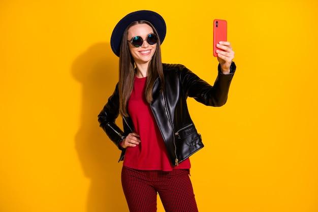 Porträt eines süßen modischen mädchens, das selfie am telefon macht