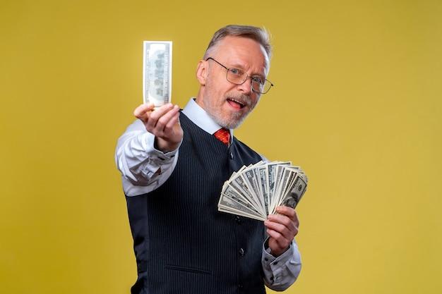 Porträt eines super aufgeregten älteren reifen mannes, der gerade viel geld gewonnen hat. isoliert auf weißem hintergrund. positive emotionen gesichtsausdruck gefühle. nahaufnahme.