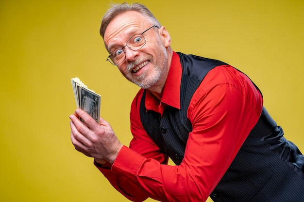 Porträt eines super aufgeregten älteren reifen mannes, der gerade viel geld gewonnen hat