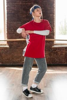 Porträt eines tanzens der jungen frau im studio